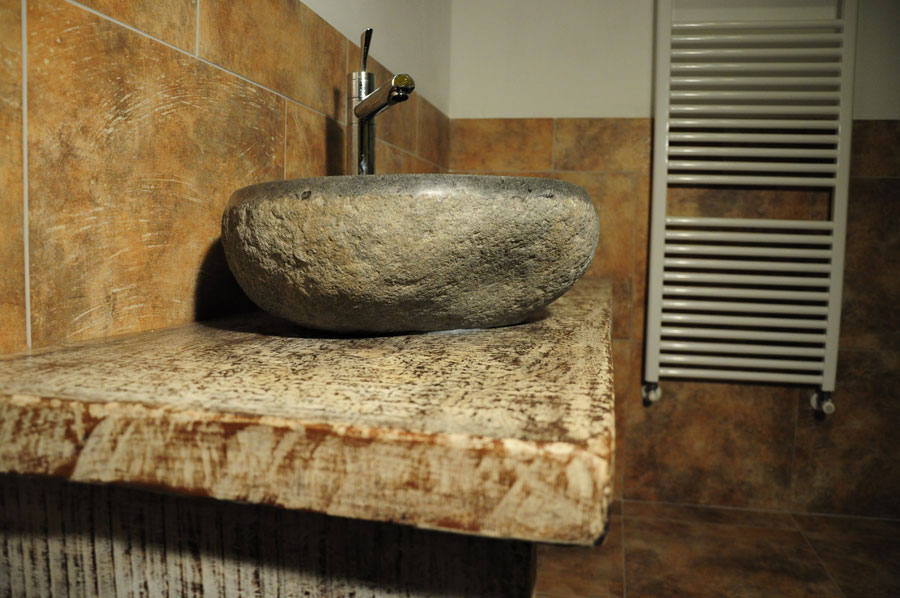 Lavandino In Pietra Per Bagno: Lavandino in pietra scura ...